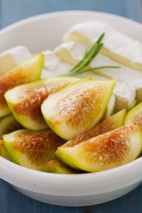 Figi z serem w białym pucharze obrazy stock