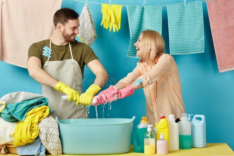 Figlarnie brodata mężczyzny i blondynki kobieta dostaje przyjemność od robić pralni zdjęcia royalty free