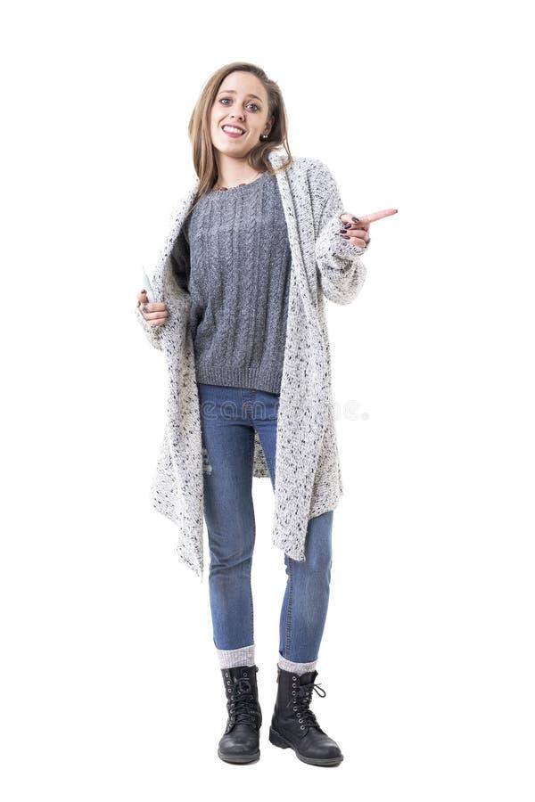 Figlarnie dancingowa młoda kobieta w ciepły odzieżowy falowanie palca pokazywać żadny lub odrzucenie ręki znaku obrazy stock