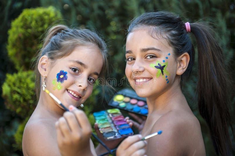 Figlarnie dzieci malująca twarz obrazy royalty free