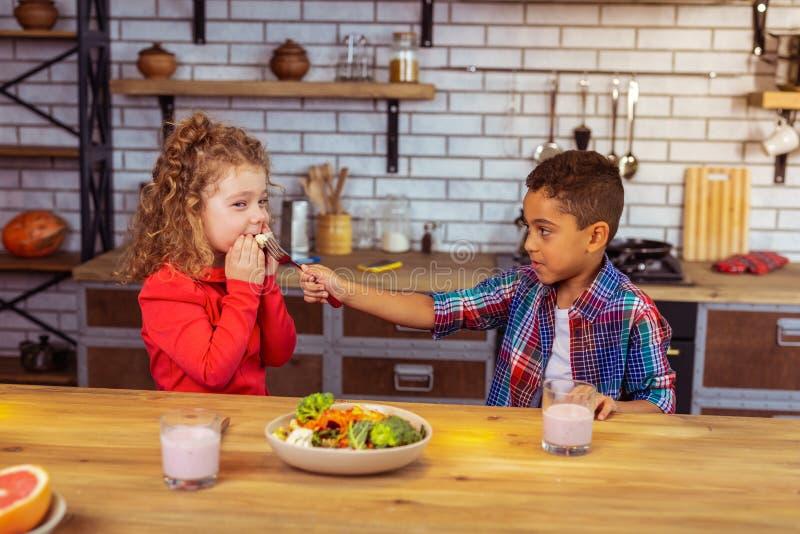 Figlarnie dzieciaki ma gościa restauracji wpólnie w domu obraz stock