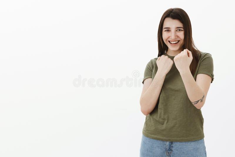 Figlarnie dziewczyna ma zabawę i udaje jak walczyć zapraszać boksować mienia zaciskał pięść w defensywnej bokser pozie blisko obraz royalty free
