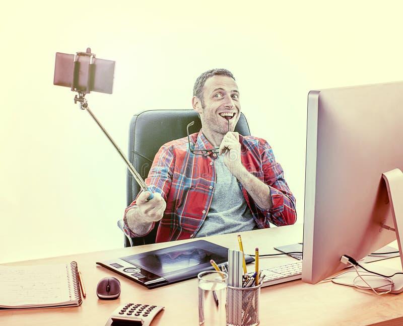 Figlarnie męski projektant grafik komputerowych bierze dynamicznego biznesowego selfie fotografia royalty free