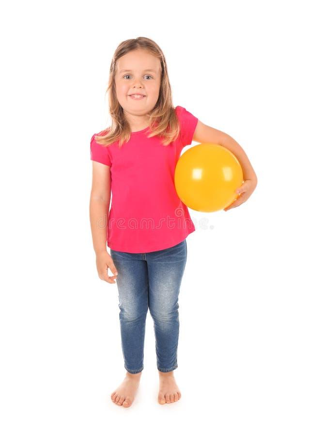 Figlarnie mała dziewczynka z piłką na białym tle fotografia royalty free