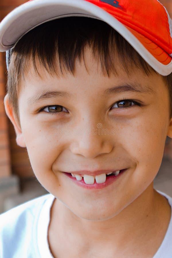 Figlarnie roześmiana chłopiec, zdjęcia royalty free