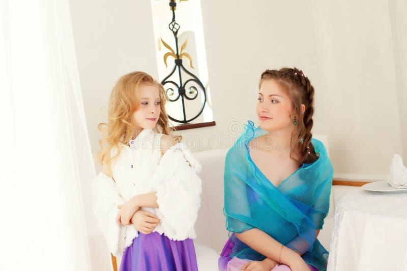 Figlarnie ubierać siostry patrzeje each inny obrazy stock