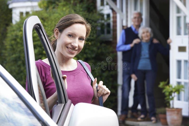 Figlia adulta che visita i genitori senior a casa fotografia stock libera da diritti