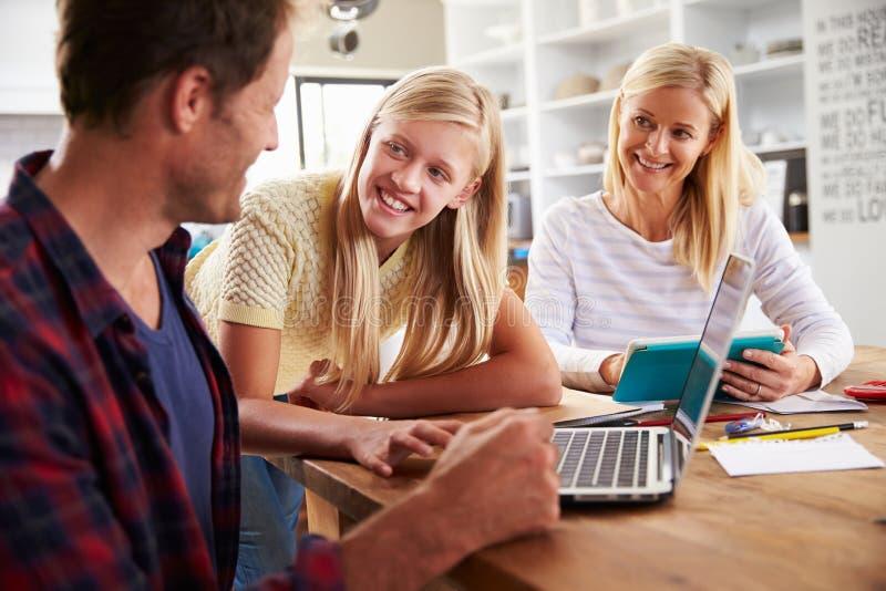 Figlia che aiuta i suoi genitori con nuova tecnologia immagini stock