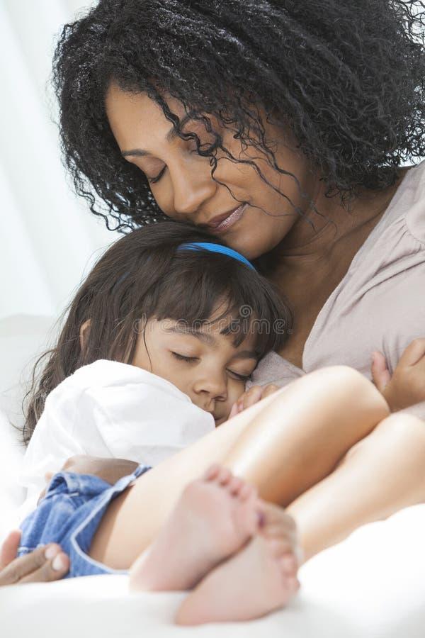Figlia della madre del bambino della donna dell'afroamericano fotografia stock libera da diritti