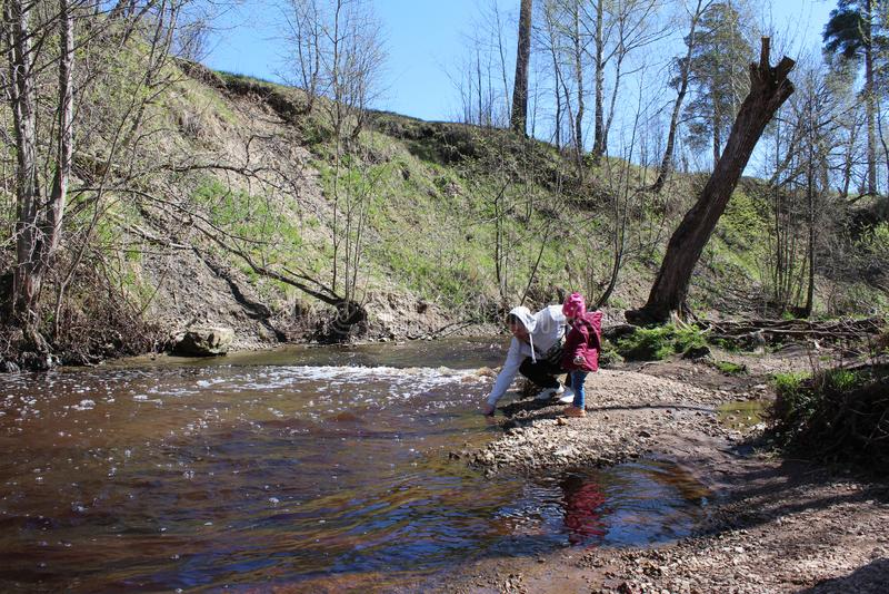 Figlia della passeggiata con suo padre in natura vicino al fiume immagine stock libera da diritti