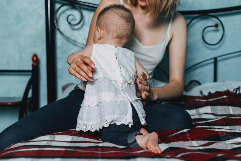 Figlia felice di aiuto dei genitori che fa i primi punti fotografie stock