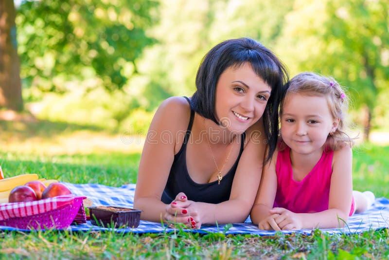 figlia suo sorridere del ritratto della madre fotografia stock libera da diritti