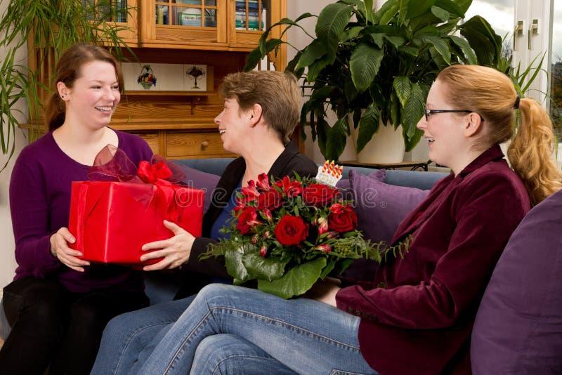 Figlie della madre del regalo di compleanno fotografia stock