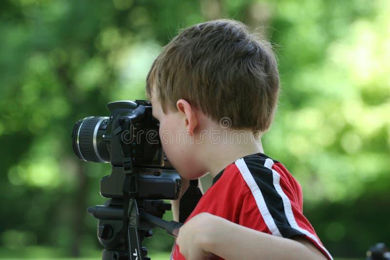 Figlio che usando macchina fotografica fotografie stock