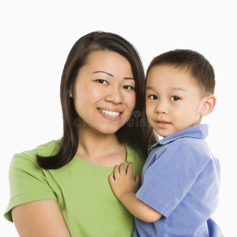 Figlio della holding della madre. fotografia stock