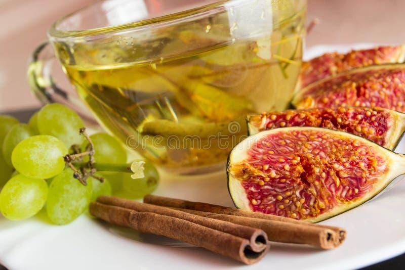 Figos frescos com um copo do chá imagens de stock
