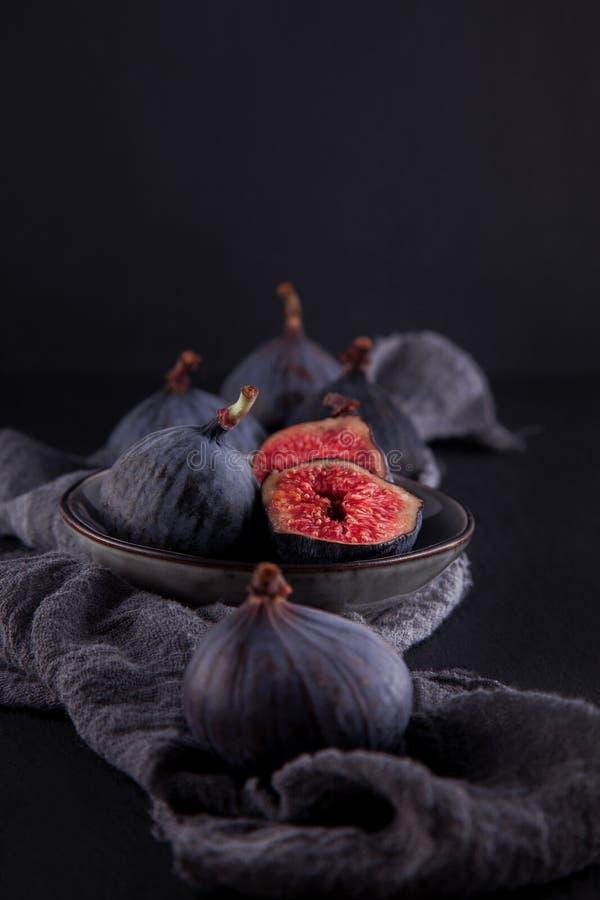 Figos maduros frescos, fotografia rústica do alimento na mesa de cozinha da placa da ardósia fotografia de stock royalty free