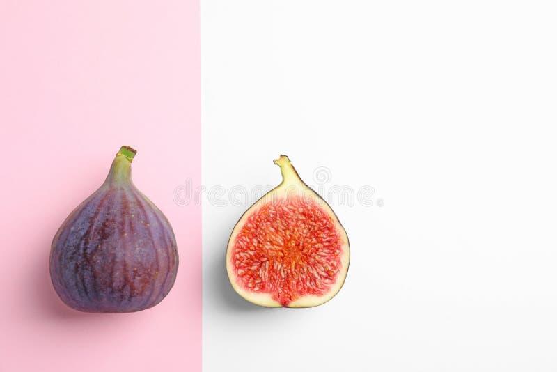 Figos maduros frescos no fundo da cor, vista superior foto de stock