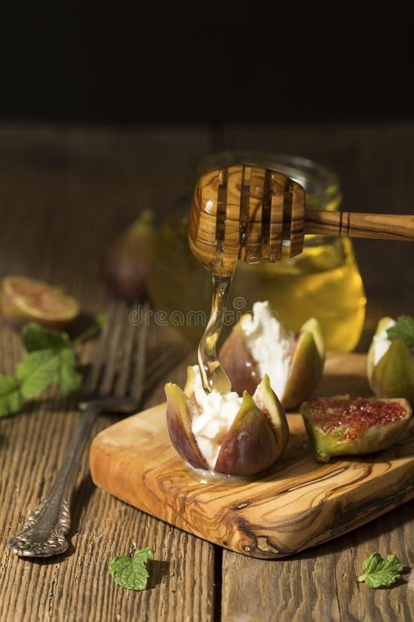 Figos, queijo e mel fotografia de stock