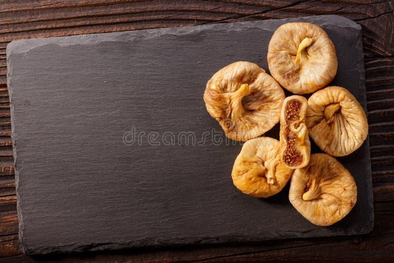 Figos secados em um fundo rústico escuro fotografia de stock royalty free