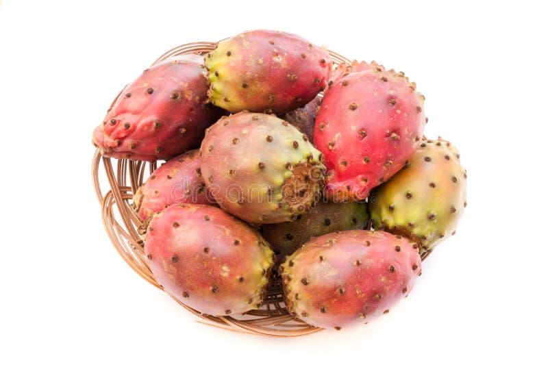 Figue de Barbarie et x28 ; opuntia& x29 ; fruits dans l'isolat en osier de plan rapproché de plat image stock