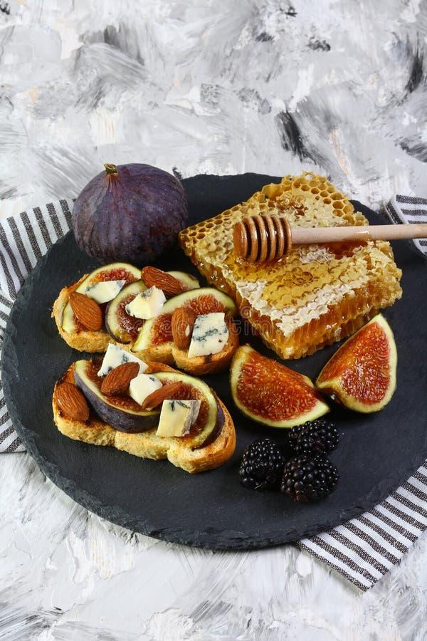 Figue, fromage de dorblyu, mûre et sandwich à miel sur le pain complet, vue supérieure, l'espace de copie image libre de droits
