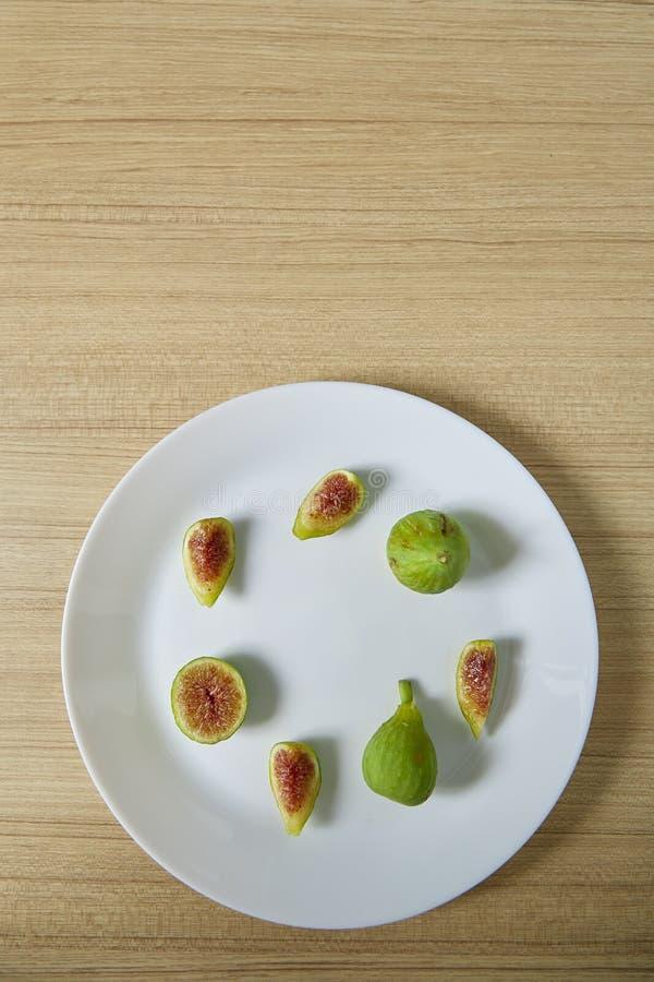Figue organique fraîche du plat blanc photos libres de droits