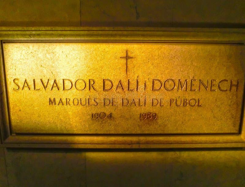 Figueres Hiszpania, Wrzesień, - 15, 2015: Wsiada na ścianie w pokoju dokąd Dal zakopywał przy Dali muzeum w Figueres obraz royalty free