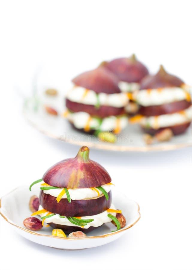 Figues fraîches bourrées de la crème de fromage à pâte molle avec la peau d'orange sèche image stock