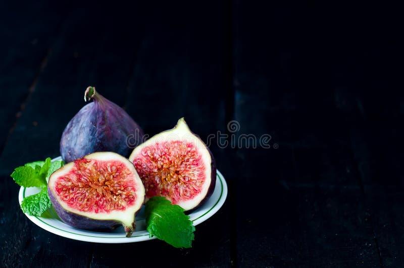 Download Figues Fraîches Dans Une Plaque Sur La Table En Bois Rustique Image stock - Image du frais, plaque: 77158509