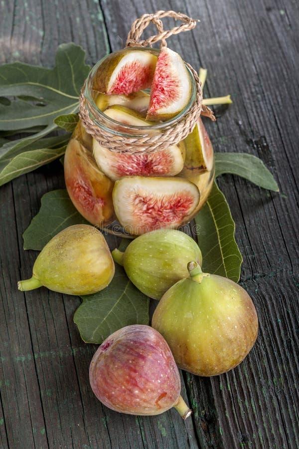 Figues fraîches et en boîte photo libre de droits