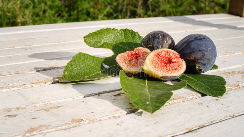 Figues fraîches sur la prise de masse en bois images stock