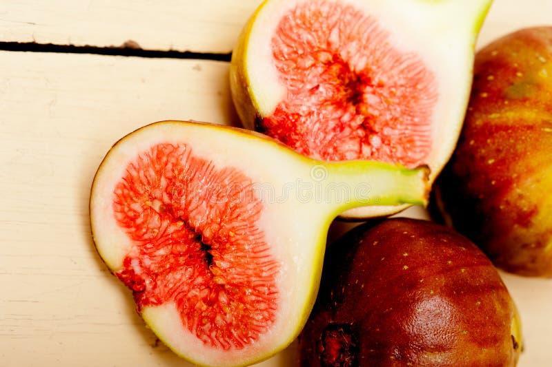 Figues fraîches sur une table rustique photo stock