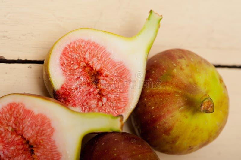Figues fraîches sur une table rustique photos libres de droits
