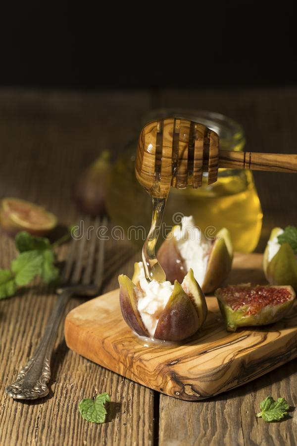 Figues, fromage et miel photographie stock