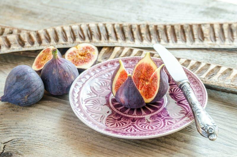 Figues mûres : fruits en coupe et entiers images libres de droits