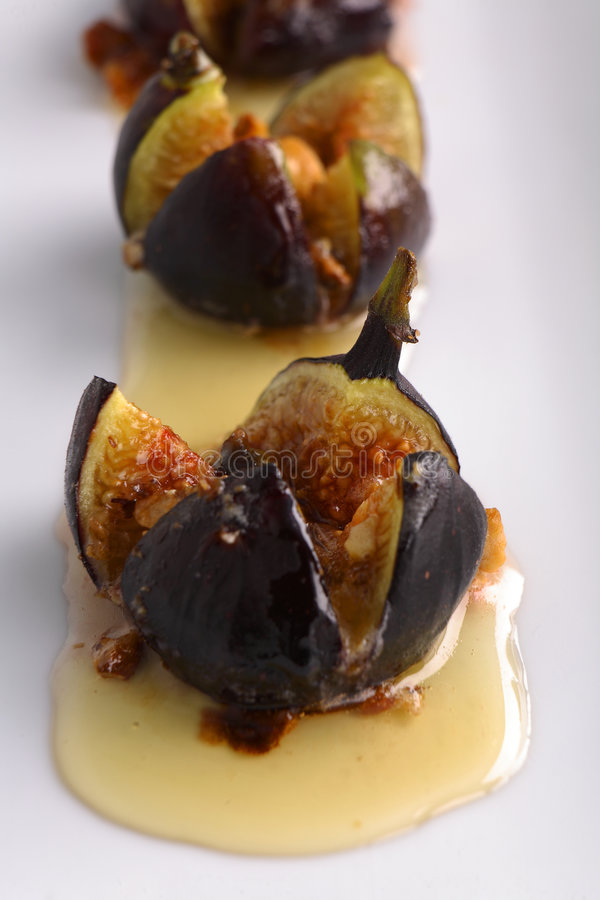 Figues rôties en miel et noisettes de fromage de Mascarpone photo stock