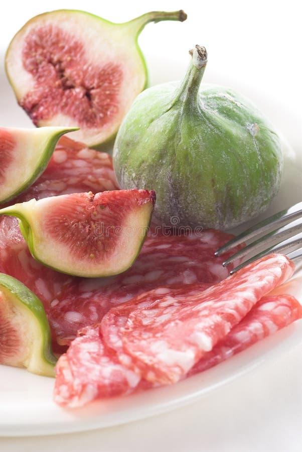 Figues sur le salami photographie stock libre de droits