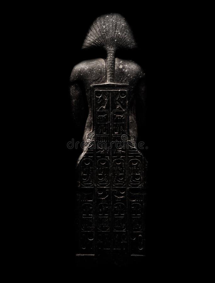 Figura alusiva al faraón, aislado en el fondo negro visto de detrás con los grabados imágenes de archivo libres de regalías