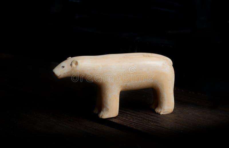 Figura antica dell'orso polare fatta dalla zanna di warlus fotografie stock