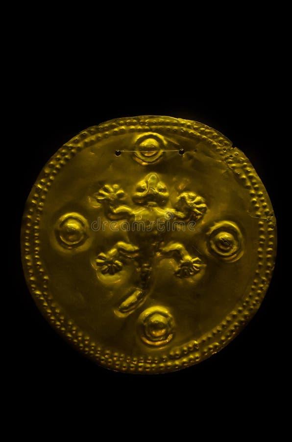 Figura antica di Costa Rica fatta di oro dai nativi immagini stock