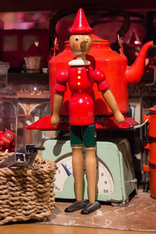 Figura antiga de Pinocchio, brinquedo fotografia de stock royalty free