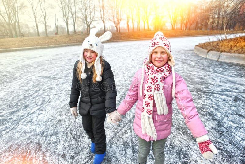 Figura bonita patinagem no gelo da menina do preteen imagens de stock royalty free