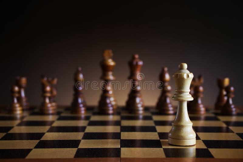 Figura branca só da rainha da xadrez no campo de batalha fotografia de stock