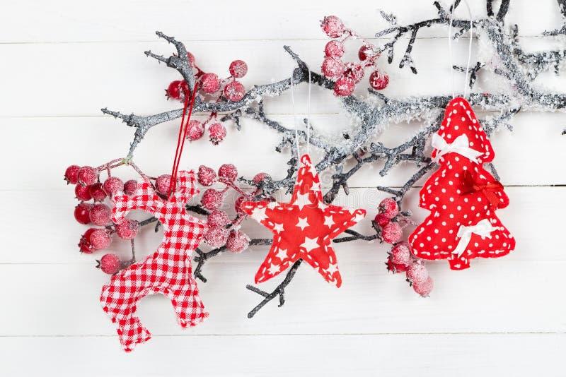 Figura ciervos, las estrellas y el árbol de navidad en una rama con las bayas fotografía de archivo libre de regalías