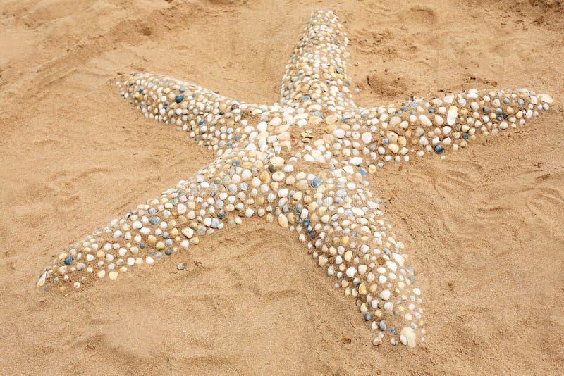 Figura da areia da estrela do mar feita das conchas do mar fotos de stock