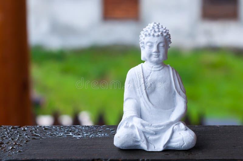 Figura da Buda no fundo borrado Conceito da meditação fotos de stock royalty free