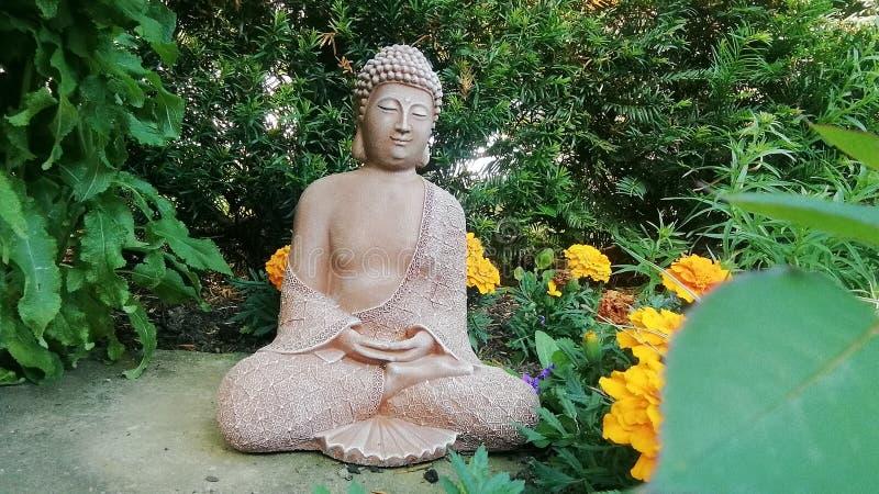 Figura da Buda no tempo de mola devido do jardim alemão fotos de stock royalty free