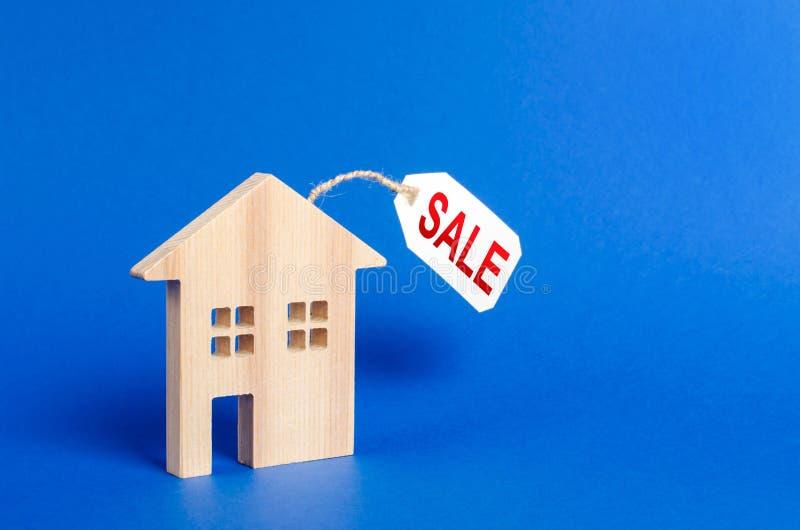 Figura da casa e preço da venda Servi?os do corretor de im?veis alojamento, crédito e empréstimos hipotecários Avalia??o da propr foto de stock royalty free