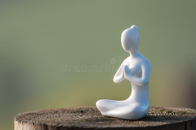 A figura da jovem mulher medita ao praticar a ioga Conceito da liberdade A calma e relaxa, com espaço vazio para o texto imagem de stock royalty free